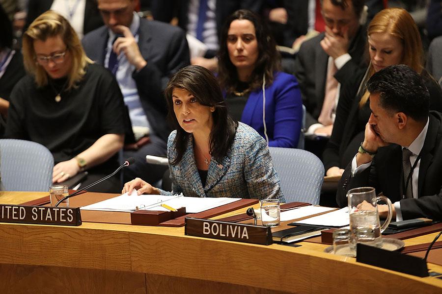 美國駐聯合國大使黑利12日(中)警告敘利亞,若政府軍持續對東古塔發動攻擊,導致救援物資無法送到平民手中,美國將會對敘利亞採取軍事行動。(Spencer Platt/Getty Images)