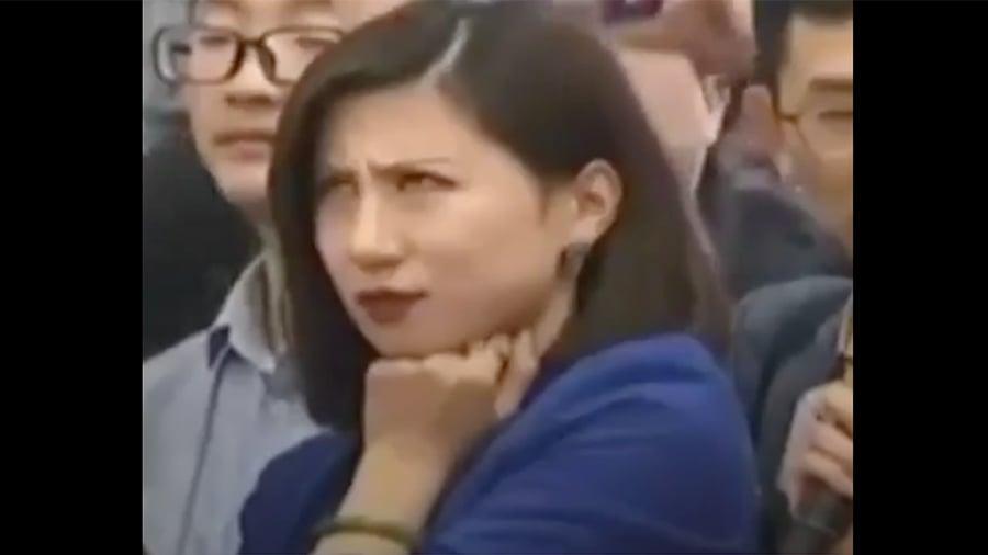 《第一財經日報》記者梁相宜對另一位女記者的冗長提問顯得很不耐煩,表情誇張。(視像擷圖)