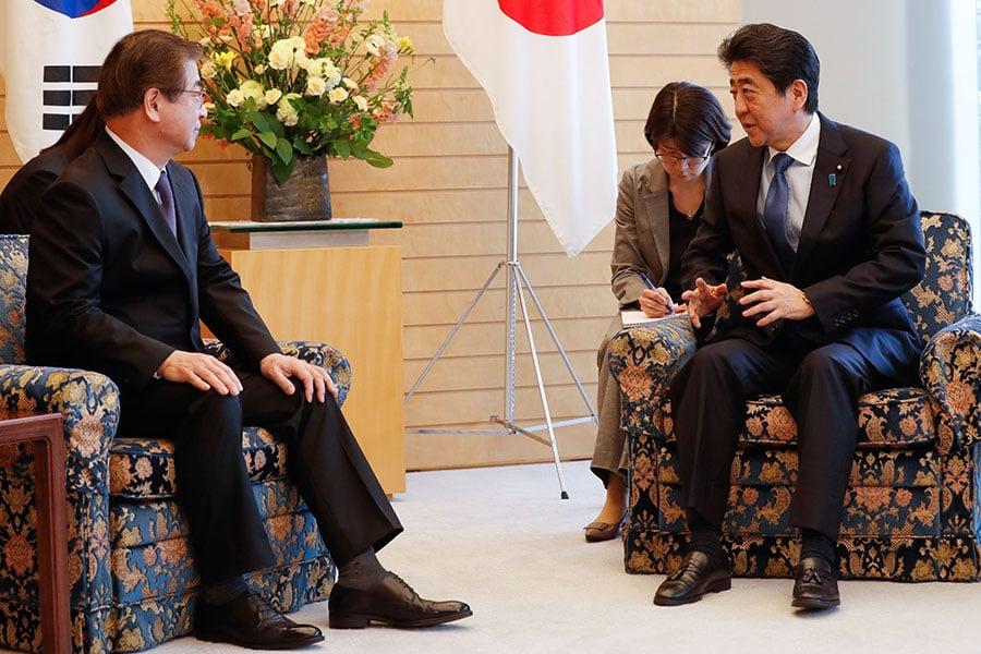 周二(3月13日),日本首相安倍晉三會見了南韓國家情報院院長徐薰(Suh Hoon)。安倍晉三表示,雖然他對與北韓就無核化問題進行對話表示歡迎,但北韓必須為實現這個目標採取切實措施。(KIM KYUNG-HOON/AFP/Getty Images)