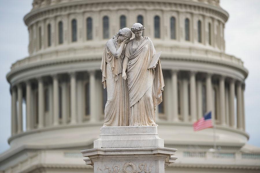 2月佛州發生校園槍擊案後,控槍成為討論熱點。白宮周日(3月11日)表示允許教職工配槍,同時司法部出台的禁止撞火槍托銷售已送批,而眾院下周也將表決控制槍背景調查提案。(SAUL LOEB/AFP/Getty Images)