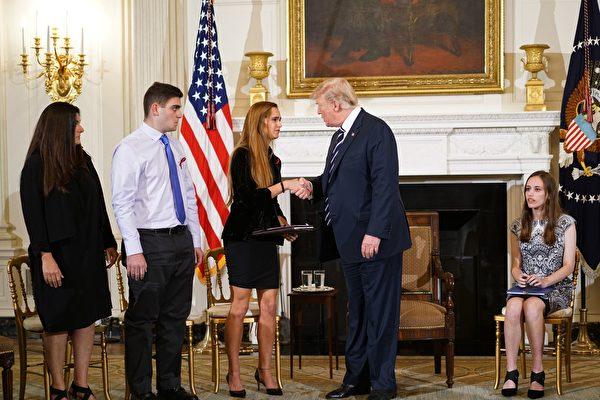 美國總統特朗普於2月21日會見了佛州校園槍擊案中的倖存學生及家長,聽取他們對於改善校園安全及嚴管槍枝等的建議。(AFP PHOTO/MANDEL NGAN)