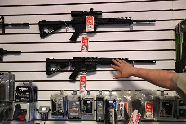 專家表示,美國目前的購槍背景調查系統有效,但有明顯漏洞。圖為亞利桑那州的一家槍枝品商店。(John Moore/Getty Images)