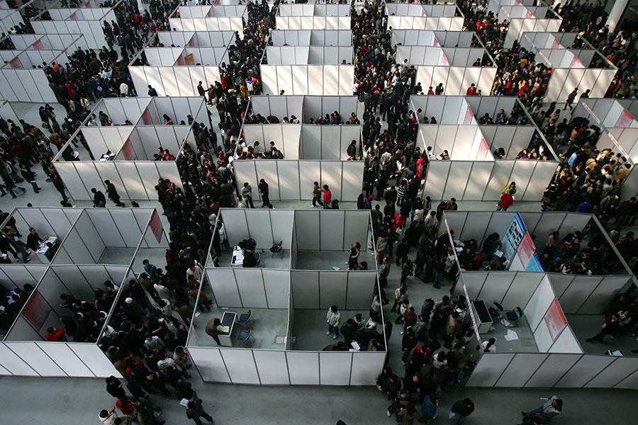 中共統計局局長寧吉喆近日稱,大陸高校應屆畢業生人數首次超過800萬。今年大學生就業形勢更為嚴峻。圖為大陸一地區畢業季的招聘現場。(China Photos/Getty Images)