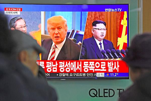 圖為南韓首爾民眾觀看有關特朗普和金正恩將會面的電視新聞。(Getty Images)