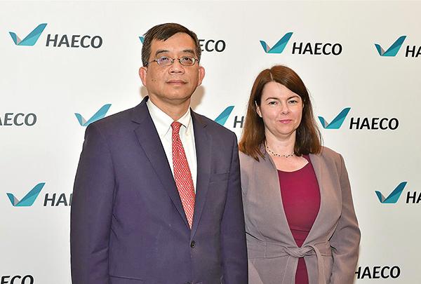 港機工程(00044)行政總裁鄧健榮(左)表示,去年美洲業務錄得虧損,主要是受到商譽減值開支、遞延稅項及機身及維修服務工作量減少影響。(郭威利/大紀元)