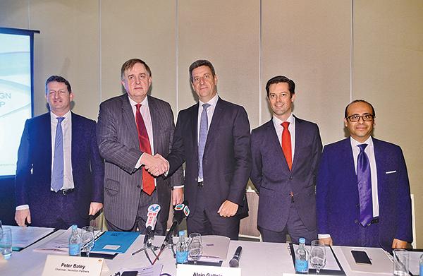 投資併購顧問公司銀硃的董事長貝彼得(Peter Batey)(左二)表示,國內的私人及國企併購活動將會增加。(宋碧龍/大紀元)