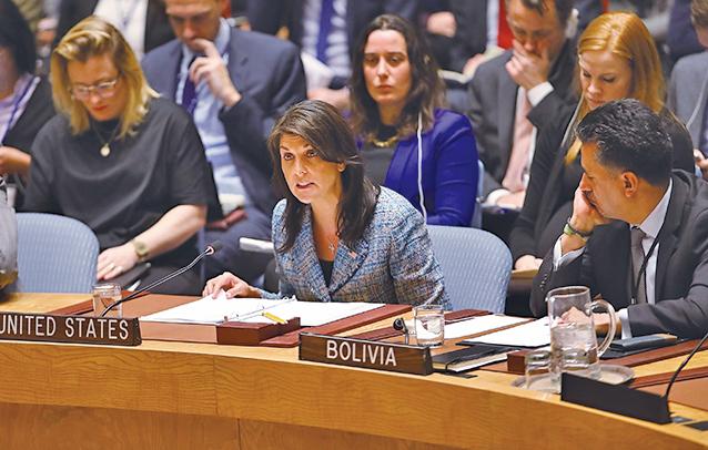 美駐聯合國大使黑利(中)警告敘利亞,若持續發動攻擊,導致物資無法送到平民手中,美國將採取軍事行動。(Getty Images)