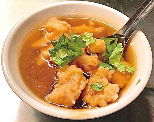 受移民文化影響,基隆有許多美味的羹,圖為好吃的蝦仁羹。