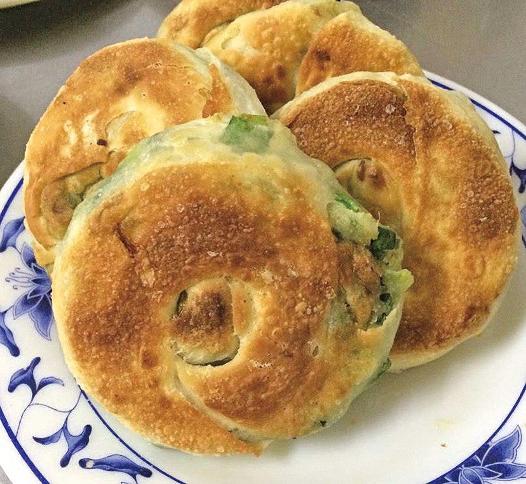 位於基隆的周家豆漿店,美味的蔥油餅讓不少人大排長龍。