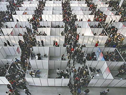 圖為大陸一地區畢業季的招聘現場。 (Getty Image)