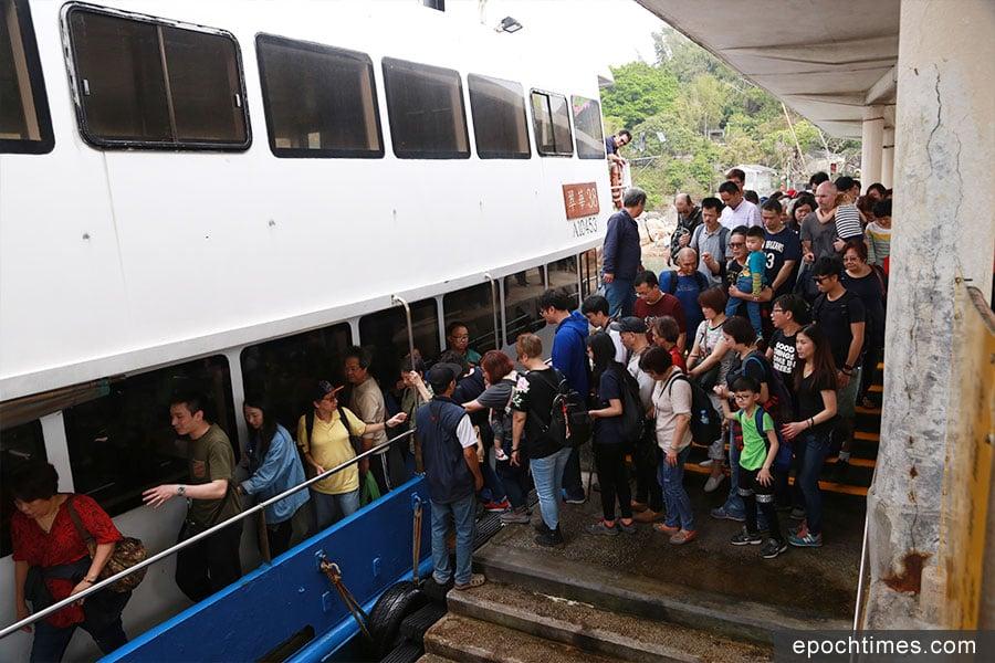 蒲台島人頭湧湧,碼頭的船來來去去,接載著一批批客人。(陳仲明/大紀元)