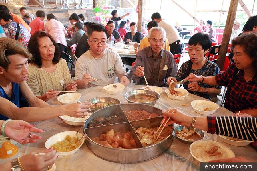 太平清醮期間的齋菜宴。(陳仲明/大紀元)