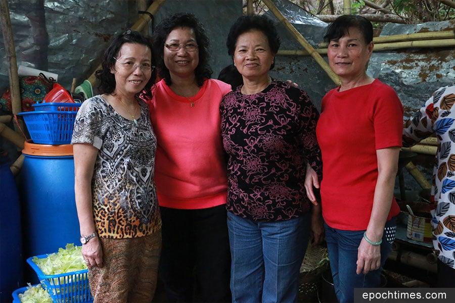 蒲台島原居民王太(左一)、影姐(左三)等義務幫手製作齋菜宴。(陳仲明/大紀元)