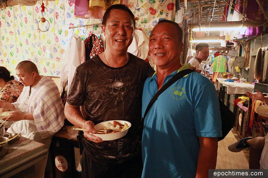 搭棚師傅陳煜光(左)、原居民梁建偉(右)。(陳仲明/大紀元)