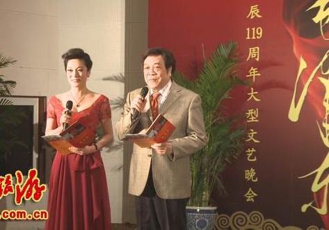 張慧君曾兩度(2008年和2012年)和央視主持人趙忠祥共同主持毛誕辰的「紅色文化」活動,圖為2012年12月的活動。(網絡圖片)