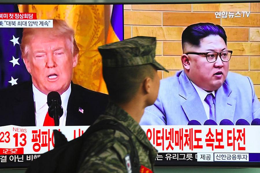 有專家主張,北韓迄今仍對美朝對話保持沉默,顯示出該國領導人金正恩面臨無核化帶來的風險。圖為2018年3月9日,南韓首爾火車站的電視播出特朗普願意與金正恩對話的新聞。(Jung Yeon-je/AFP)