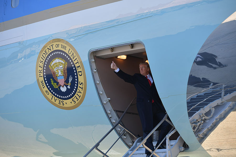 美國華府智庫國家利益中心國防研究主任卡齊亞尼斯(Harry J. Kazianis)主張,北韓一旦無核化,美國將能全力對付中共,那對中共而言將是最大的夢魘。圖為2018年3月13日,美國總統特朗普登上空軍一號專機。(MANDEL NGAN/AFP/Getty Images)