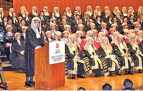 2015年,石永泰在法律年度開啟典禮致辭時談到政府任意詮釋法律等同以「法」治「人」。次年即發生中共人大針對議員宣誓釋法。(大紀元資料圖片)