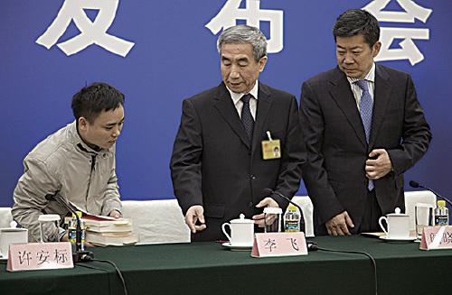 圖為2016年11月7日,中共人大常委會就《基本法》104條釋法,全國人大副秘書長李飛在記者會反指責「貌似法律權威人士」批評釋法。(AFP)
