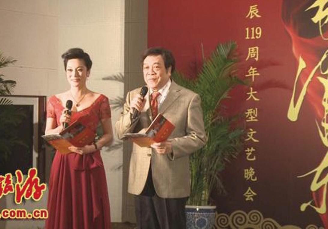 2012年12月張慧君和央視主持人趙忠祥共同主持毛誕辰的「紅色文化」活動。(網絡圖片)