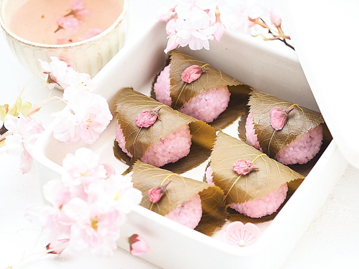 春天時流行的日本甜點櫻餅,有著濃濃的櫻花風格。
