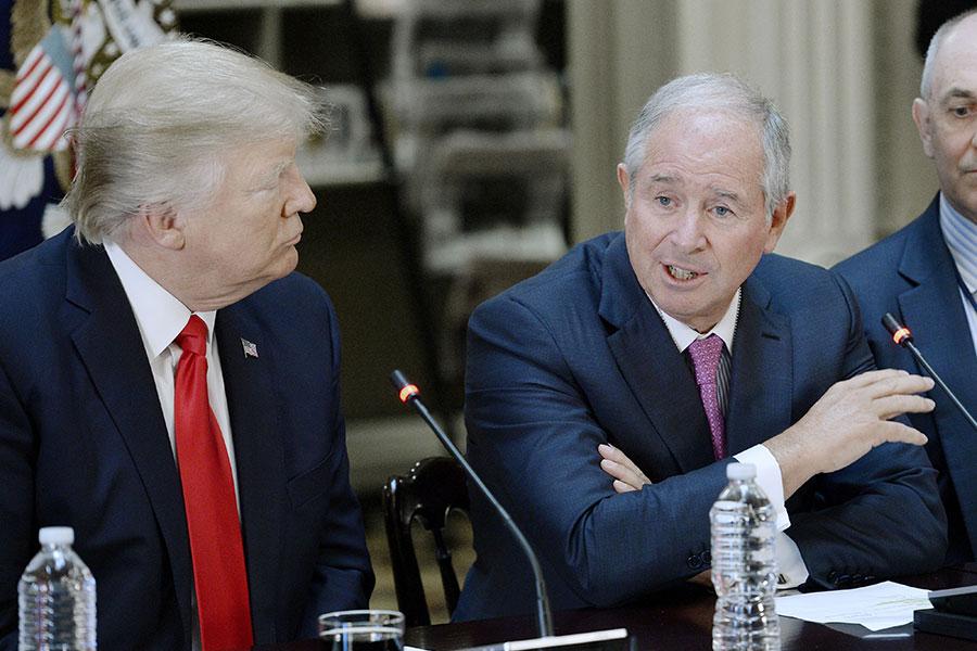 圖為2017年4月,特朗普總統與黑石創始人蘇世民會晤。(Olivier Douliery-Pool/Getty Images)