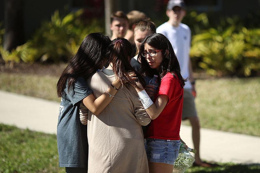 美國佛州道格拉斯高中2月14日發生慘案,19歲男生克魯茲(Nikolas Cruz)手持AR-15自動步槍,在校園內掃射,造成至少17人死亡、十餘人受傷。圖為該校學生15日在校園內。(Mark Wilson/Getty Images)