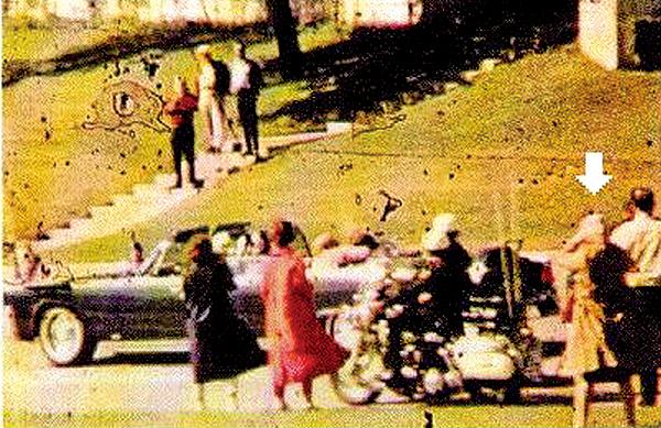身著棕色大衣、頭裹著頭巾的婦女拍下許多甘迺迪刺殺案的照片。(維基百科)