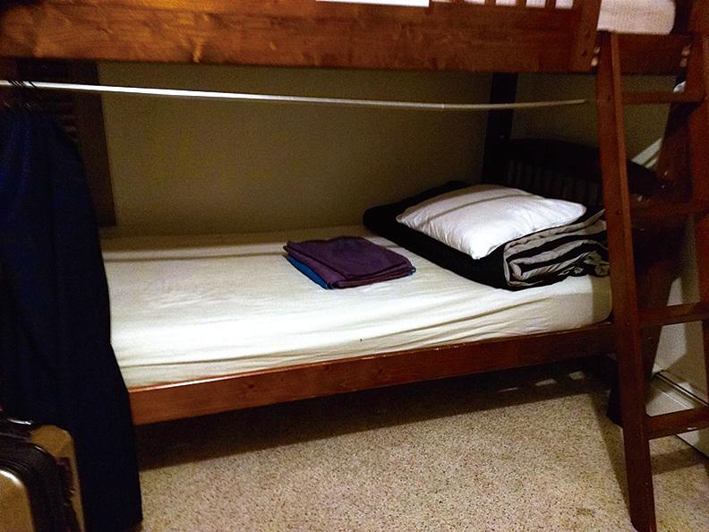 青年旅館的單人床位,簡單舒適。(徐曼沅/大紀元)