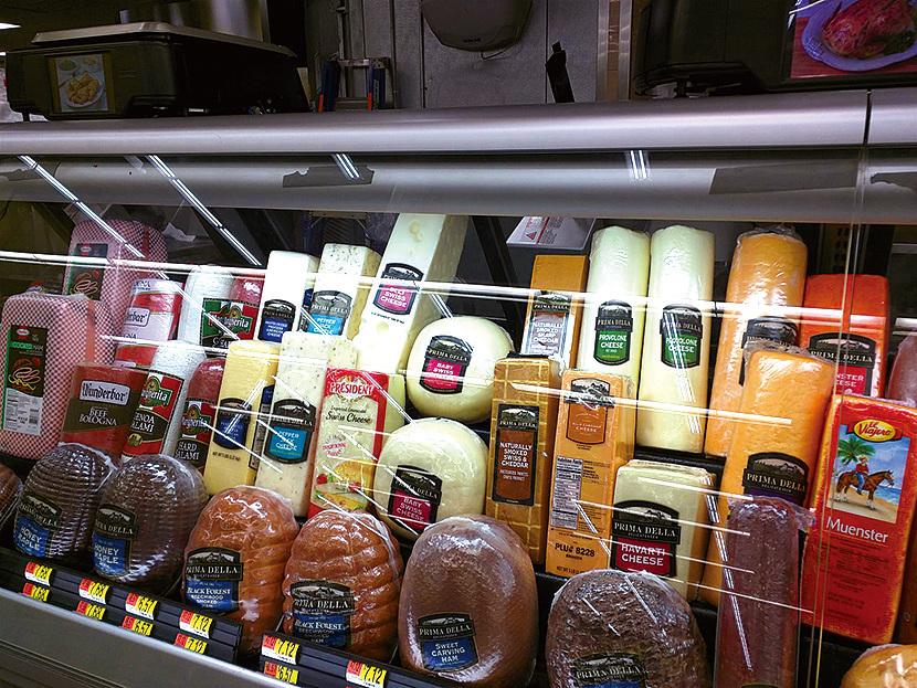 當地超市可以買到熱量充足、又方便食用的乳酪或各種食物。(徐曼沅/大紀元)