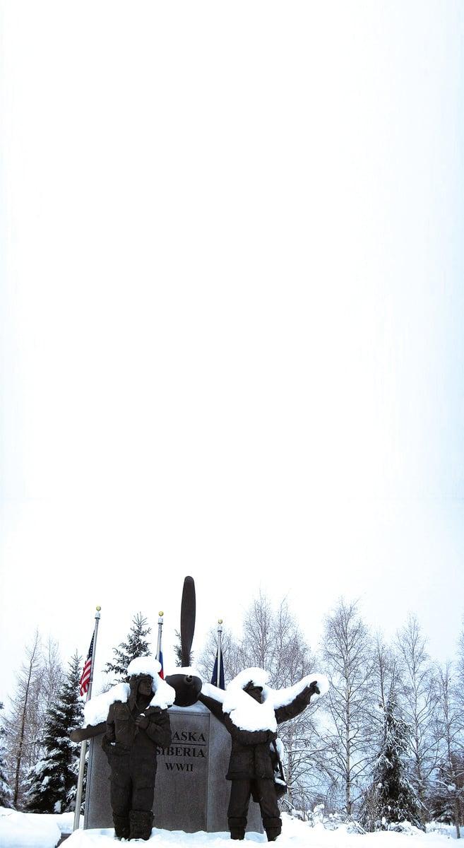 費爾班克斯市區的雕像也遭靄靄白雪覆蓋。(徐曼沅/大紀元)