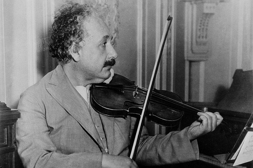 愛因斯坦在拉小提琴。(維基百科公有領域)