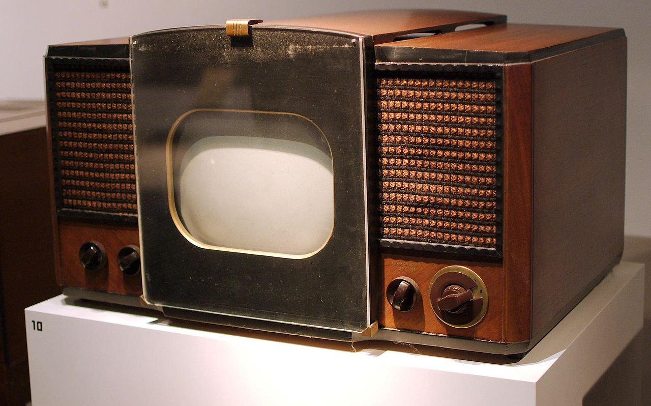 1946—1947年間最普通的家庭電視機。(維基百科公有領域)