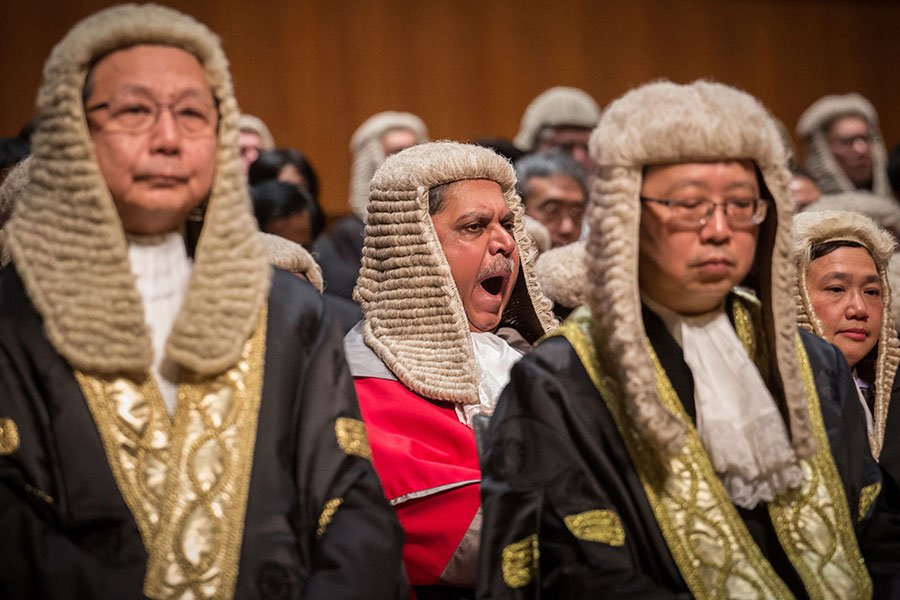 當香港法官和律師在1月8日戴著假髮、穿著袍子遊行慶祝新年的時候,他們也表達了對中共干預香港司法系統的焦慮。(VIVEK PRAKASH/AFP/Getty Images)