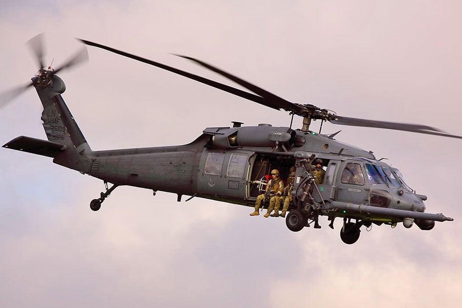 圖為美軍失事黑鷹直升機同款的HH60 Pave Hawk直升機。(維基百科)