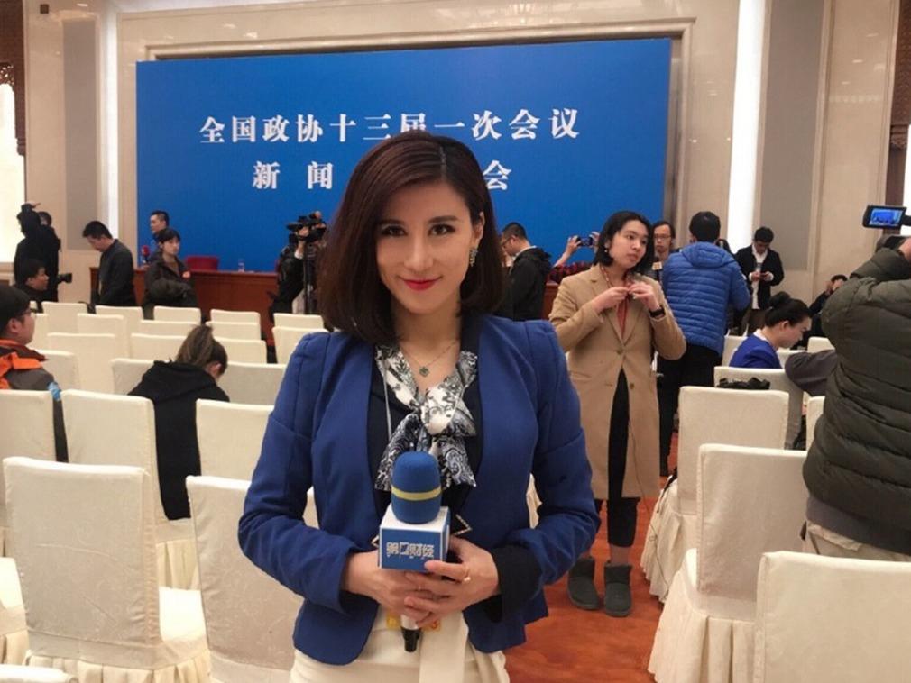 最新消息稱,兩會「白眼」事件中的《第一財經》記者梁相宜已經辭職,準備出國留學。(梁相宜微博)