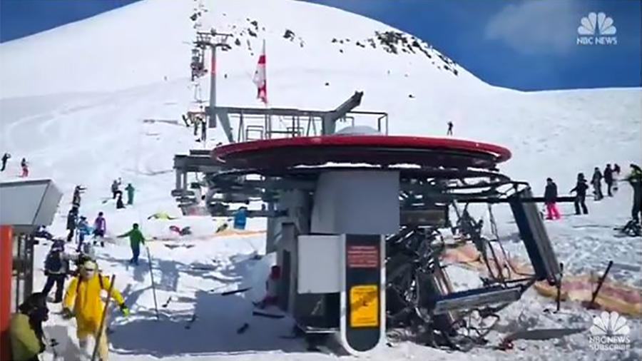 周五(3月16日)早上,格魯吉亞一個滑雪勝地發生驚恐一幕,滑雪纜車突然發生故障,靜止約一分多鐘後,突然又快速倒退,車內乘客被拋到空中。(視像擷圖)