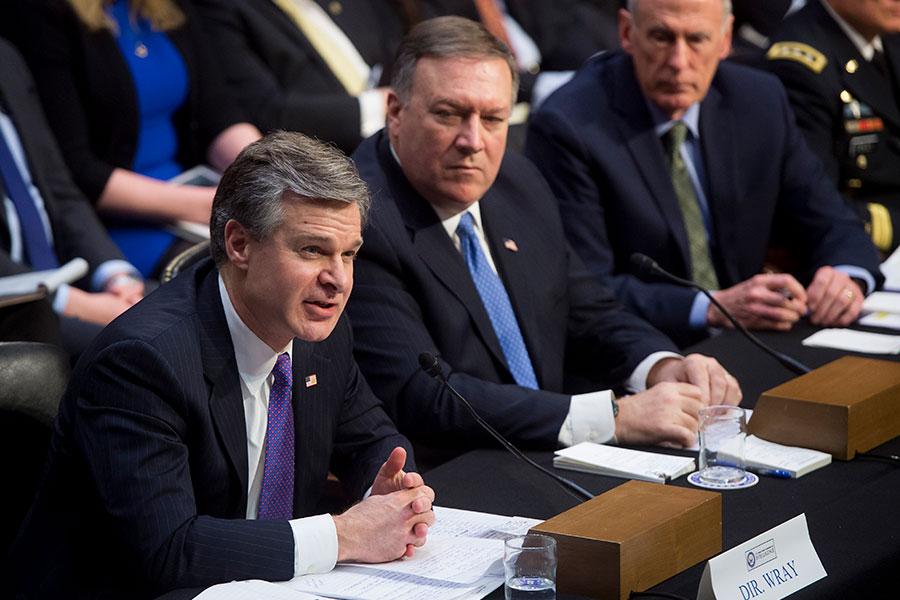 FBI局長雷(Christopher Wray)在2月的一次參議院聽證會上說,美國大學對於中共「非傳統情報蒐集員」的認知太天真,特別是在學界。圖左一為雷。(SAUL LOEB/AFP/Getty Images)