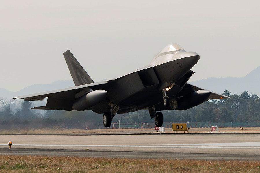 美國太平洋司令部指揮官哈里斯(Harry Harris)認為,如果美軍撤離南韓,北韓領導人會非常高興。圖為2017年12月2日,美軍一架F-22猛禽戰鬥機降落於南韓光州機場。(Senior Airman Colby L. Hardin/U.S. Air Force via Getty Images)