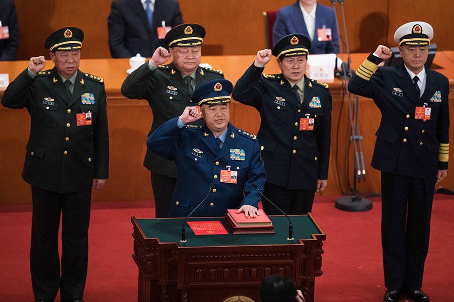 中共軍委副主席許其亮帶領中央軍委成員向憲法宣誓。(NICOLAS ASFOURI/AFP/Getty Images)