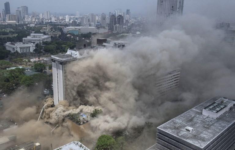 3月18日,菲律賓首都馬尼拉一家大型酒店發生火災,造成4人死亡,19人被困。其他人被直昇機從屋頂救下。(AFP PHOTO/TED ALJIBE)