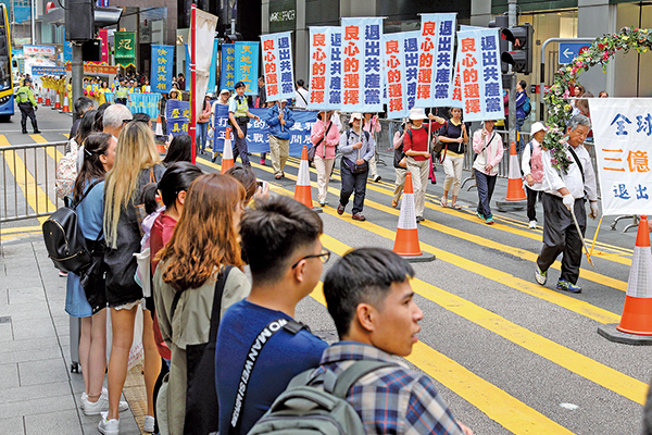 昨日香港舉辦支持三億退黨大潮集會,羅瑞卿次子羅宇表示希望習近平拋棄共產黨,逐步走民主化的道路。(李逸/大紀元)