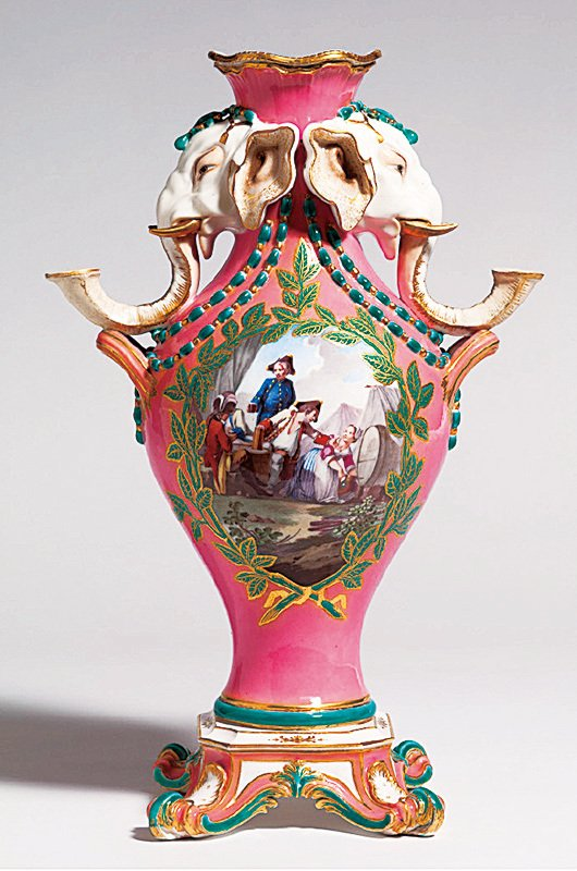 塞夫勒(Sevres)瓷廠1756年至1762年間製成的大象花瓶分為三種尺寸,是塞弗爾最罕有和奇特的款式之一。