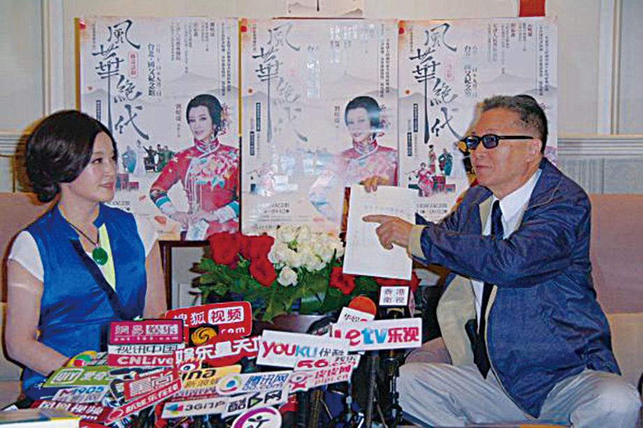 知名作家李敖(右)18日因腦瘤過世,享壽83歲。圖為2012年與知名女星劉曉慶(左)世紀會面的資料照。(黃宗茂/大紀元)