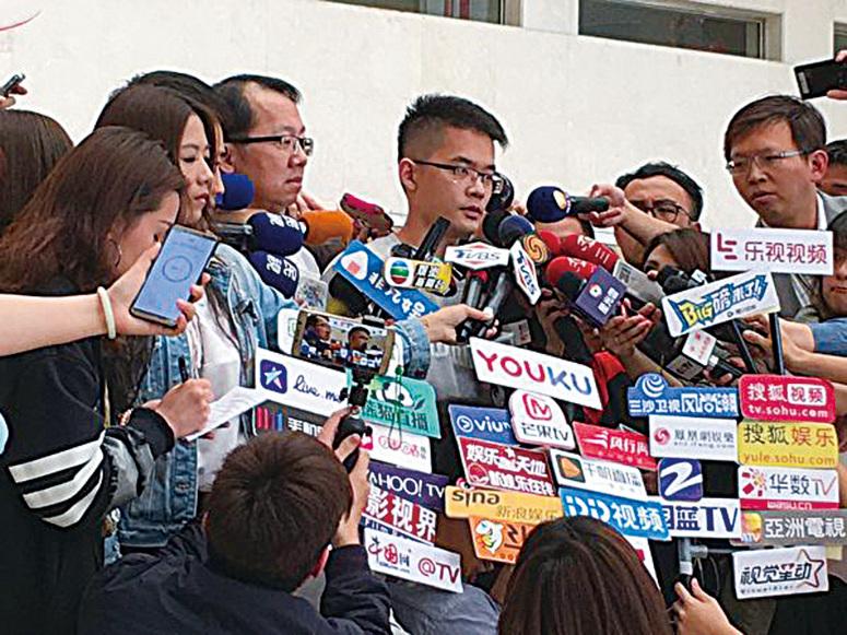 李敖長子李戡(中)在台北榮總醫院出面接受媒體聯訪。(江禹嬋/大紀元)