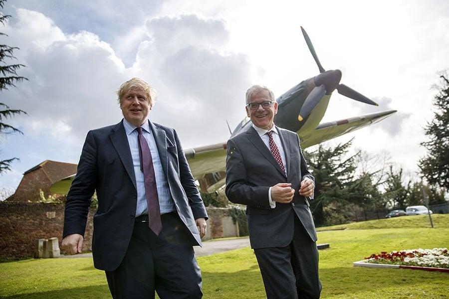 英國外交大臣約翰遜(Boris Johnson)表示,英國持有證據,表明俄羅斯一直在探索利用神經毒劑進行暗殺的行為。俄國在過去十年一直在儲存致命的化學武器。圖左為約翰遜。(Tolga Akmen-WPA Pool/Getty Images)