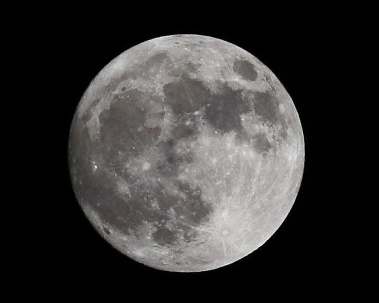 科學家擬在月球建望遠鏡 避開地面信號干擾