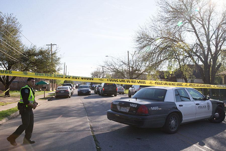 美國德州奧斯汀近兩周來連續發生四宗包裹炸彈攻擊案,已造成2死4傷。本圖為3月12日發生包裹炸彈攻擊的民宅現場。(SUZANNE CORDEIRO/AFP/Getty Images)