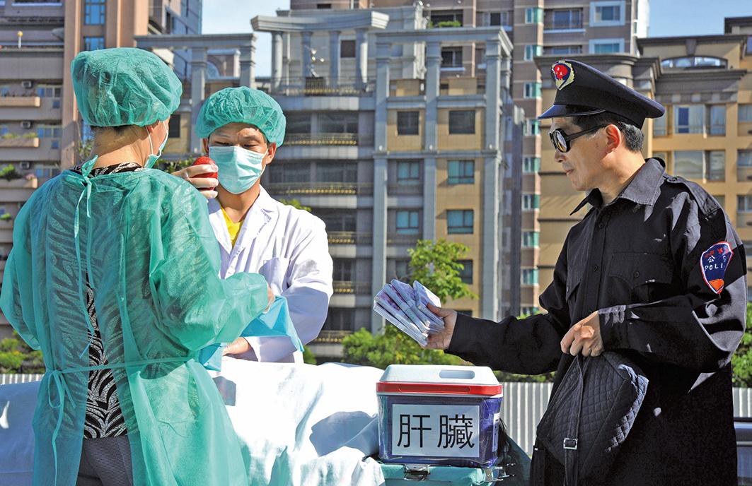 中國大陸的許多器官移植手術都使用了被拘留囚犯的器官,包括法輪功修煉者在內。圖為中共摘取器官販賣牟利示意圖。(Getty Images)