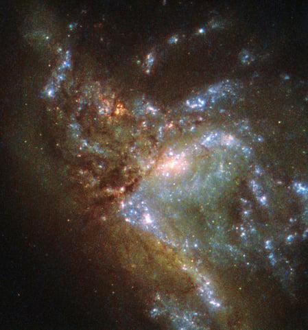 哈勃拍攝星系合併 展現宇宙震撼一幕